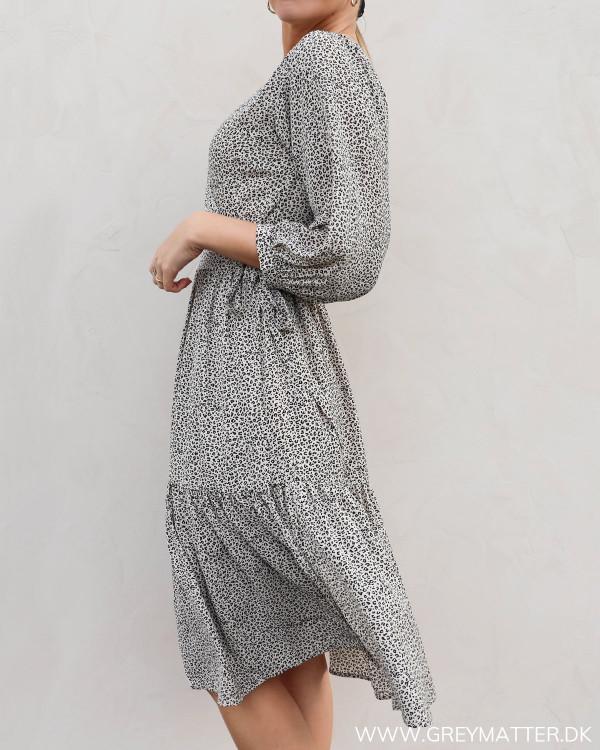 Kjole fra Neo Noir i diskret mini leo print, set fra siden