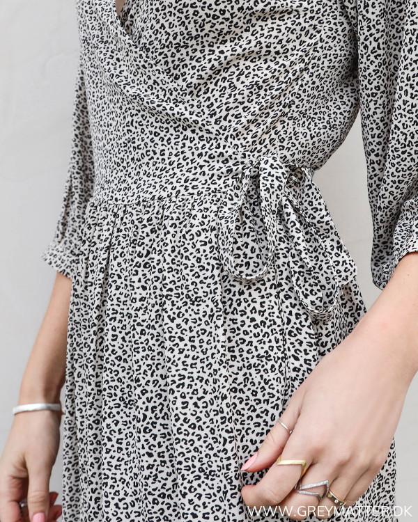 Kjole fra Neo Noir i diskret mini leo print, set tæt på ved bindefunktionen