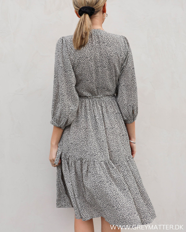 Kjole fra Neo Noir i diskret mini leo print, set bagfra