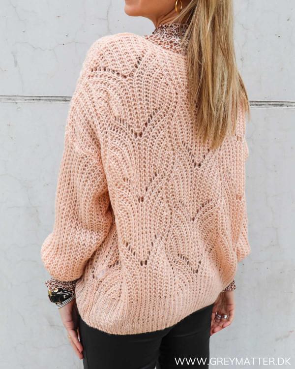 Strik bluse med hulmønster i smuk lyserød farve fra Grey Matter Selection