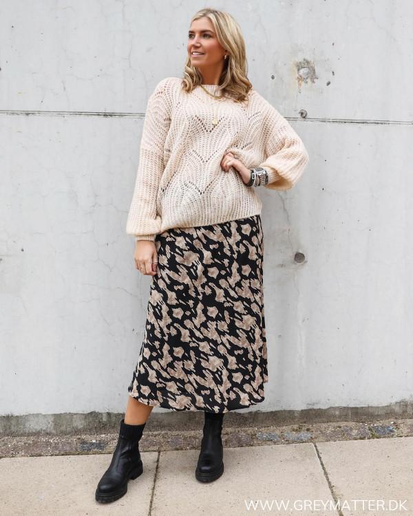 Strik bluse i loose-fit design stylet med Bovary nederdel fra Neo Noir