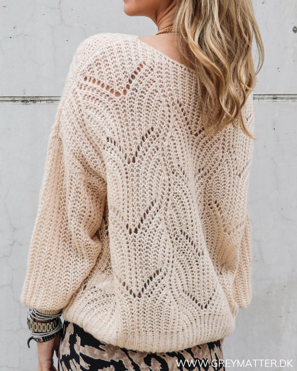 Strik trøje til damer med hulmønster