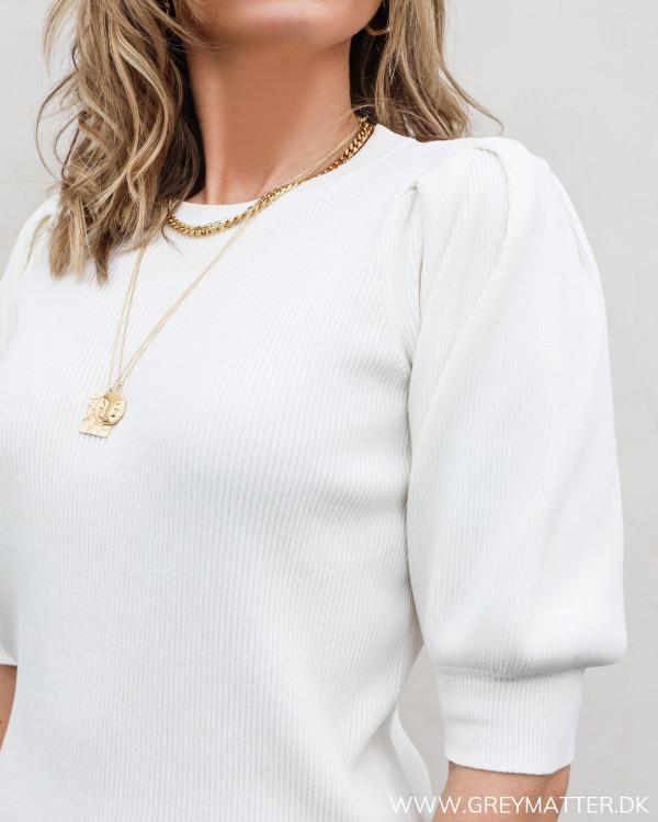 Lækker hvid bluse fra Neo Noir med diskret pufærme, set tæt på