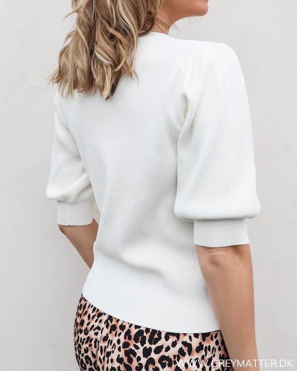 Lækker hvid bluse fra Neo Noir med diskret pufærme, set bagfra