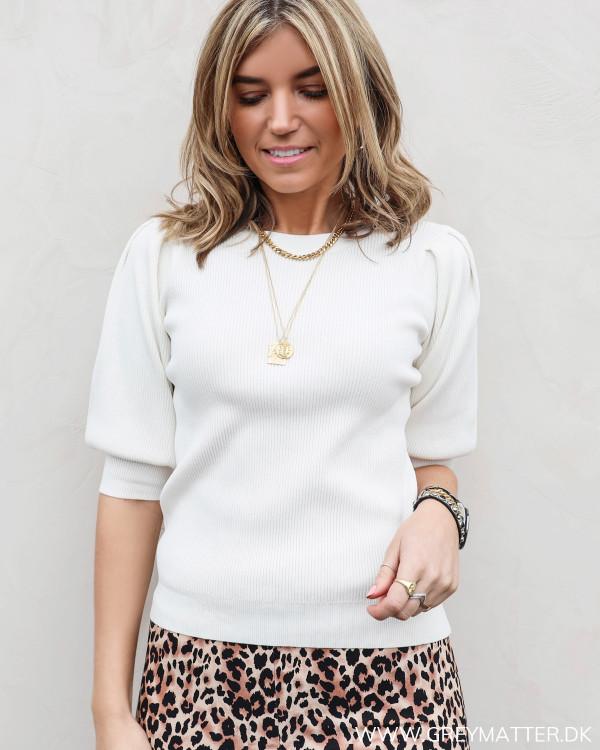 Lækker hvid bluse fra Neo Noir med diskret pufærme, set forfra pyntet med smykker