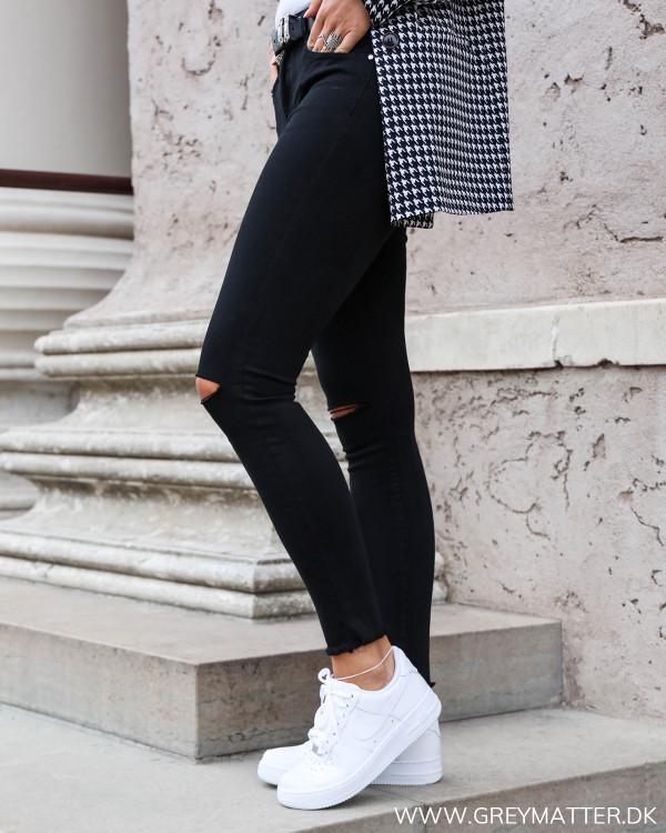 Sorte bukser med stretch set fra siden