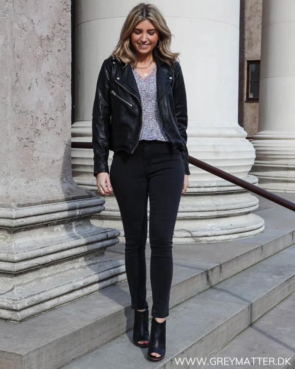 Lækre high waist jeans fra Vila stylet med en skindjakke