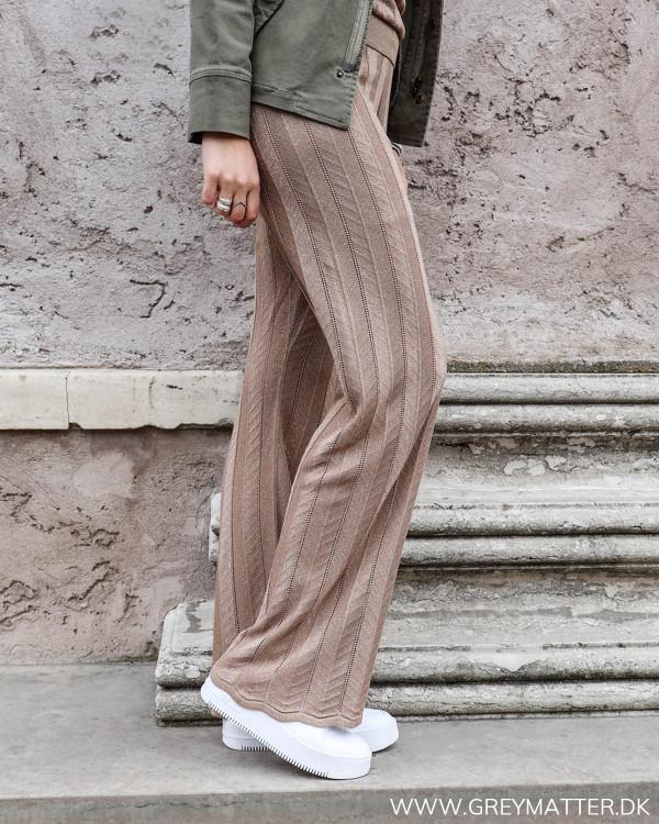 Neo Noir ruby bukser med glimmer set fra siden