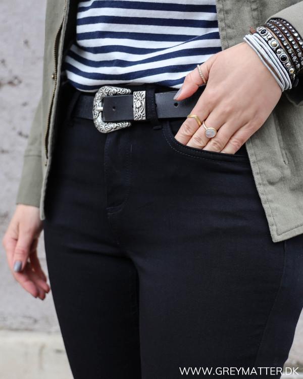 Sorte Vila jeans i skinny-fit pasform set tæt på ved lomme