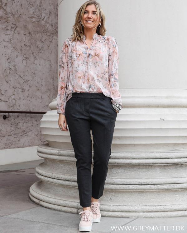 Karmamia Fiona bluse stylet med Andriana pants fra Neo Noir