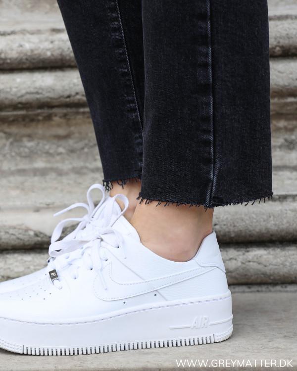 Pieces jeans i washed sort med fokus på den rå detalje