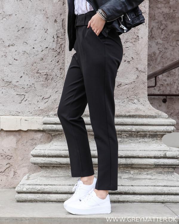 Neo Noir sorte højtaljede suit pants set fra siden