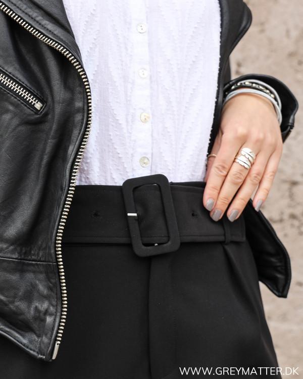 Neo Noir sorte højtaljede suit pants set tæt på