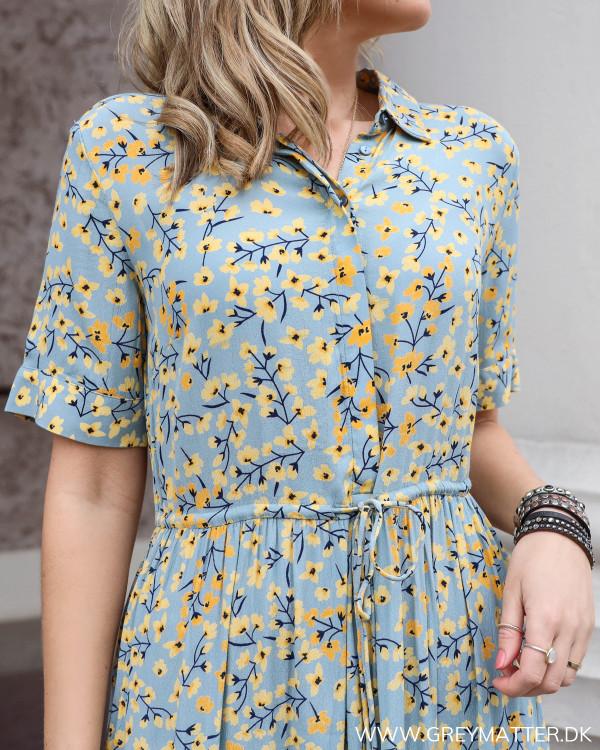 Kjole fra Pieces set tæt på, med fokus på krave og bindebånd