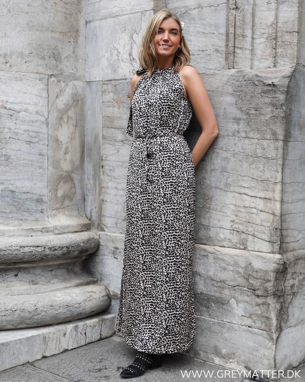 Lang kjole fra Neo Noir med lyst leopard print