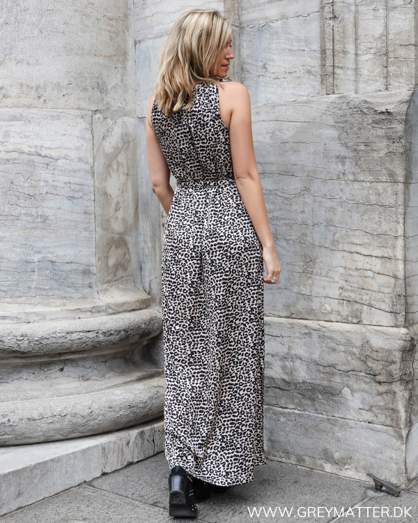 Lang kjole fra Neo Noir set bagfra
