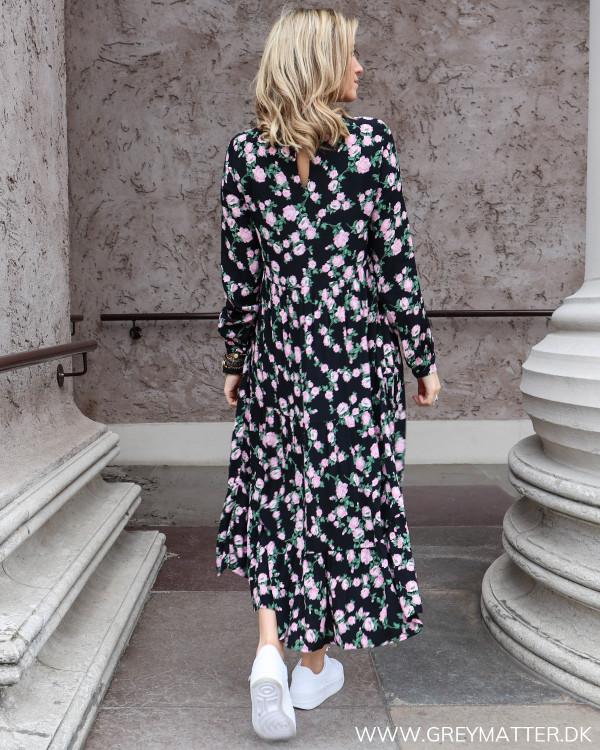 Sort kjole med blomsterprint fra Pieces, set bagfra