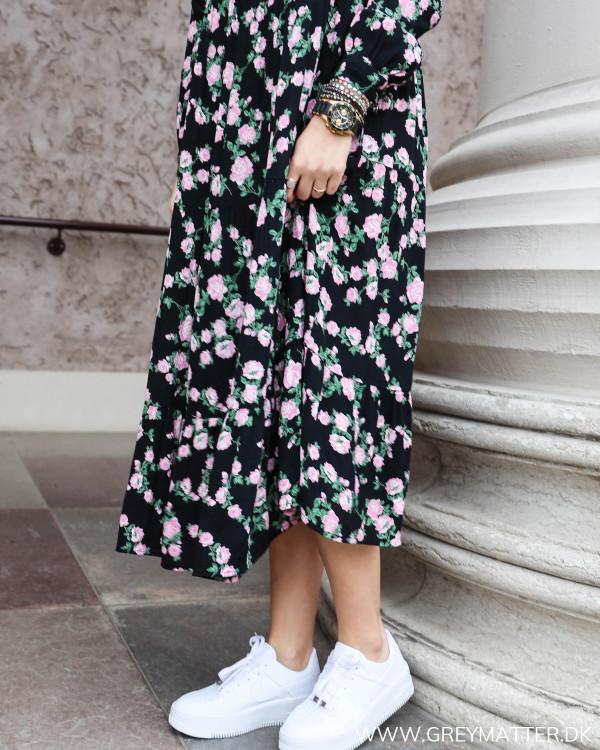 Sort kjole med blomsterprint fra Pieces, zoom på slids