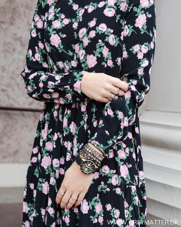 Sort kjole med blomsterprint fra Pieces, zoom på ærme