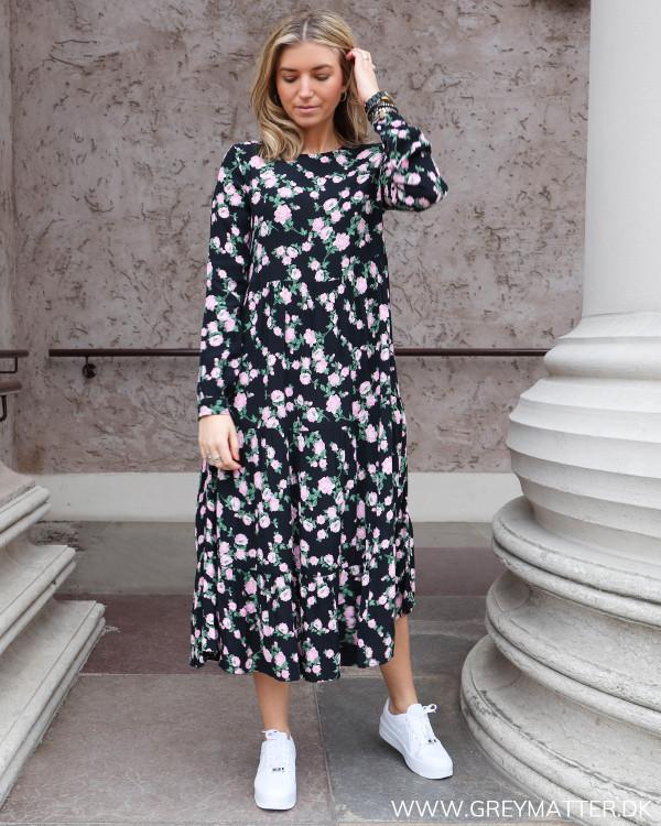 Sort kjole med blomsterprint fra Pieces, set forfra