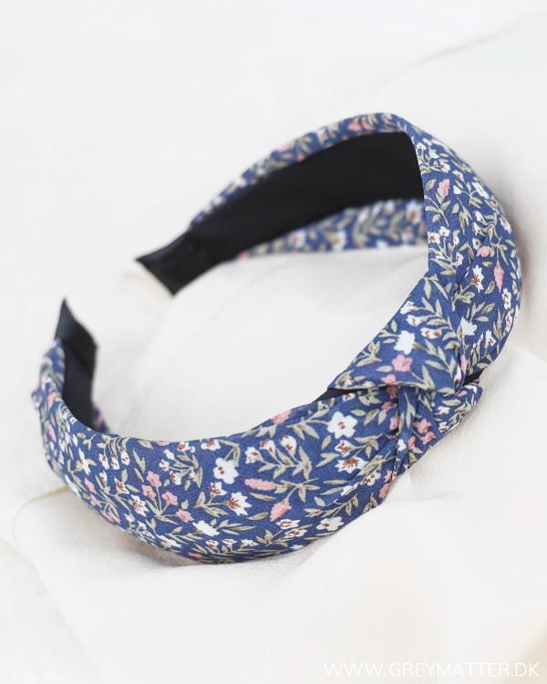 Hårbøjle i smuk blå farve med blomsterprint fra Pieces