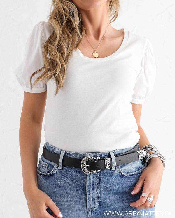 Hvid basis t-shirt med puf på skulder