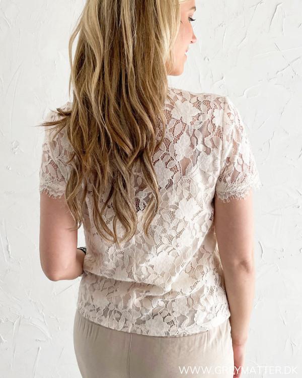 Blondebluser med elegante detaljer