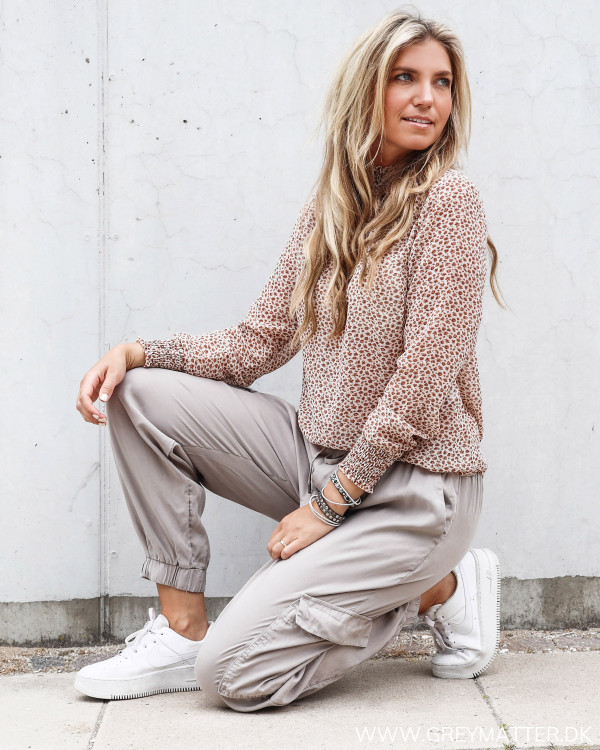 Vila bluse med print stylet med casual Cargo bukser fra Vila