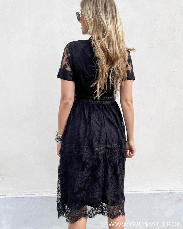 Blondekjole i sort med detaljer