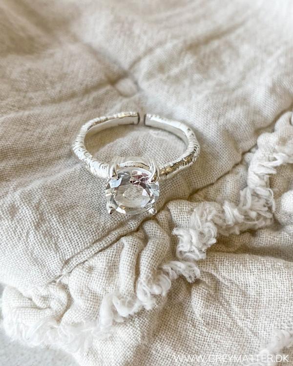 One size ring med stor sten