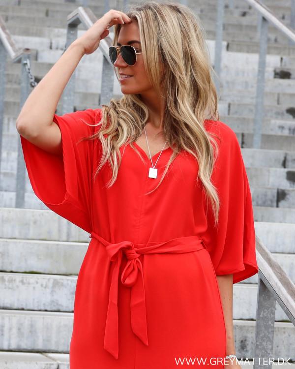 Rød kjole fra Vila, her visesdetaljerne på den øvre del af kjolen