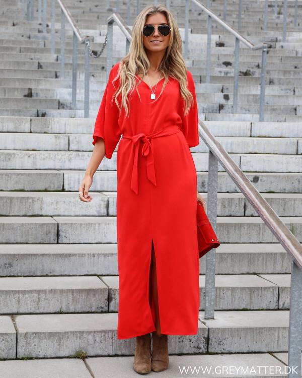 Rød kjole fra Vila, her set i hel figur