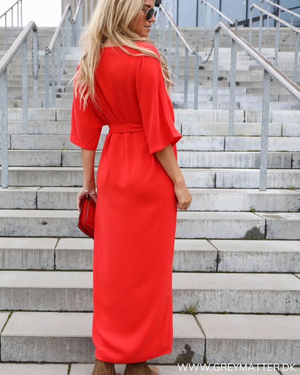 Rød vila kjole, her vises kjolen bagfra