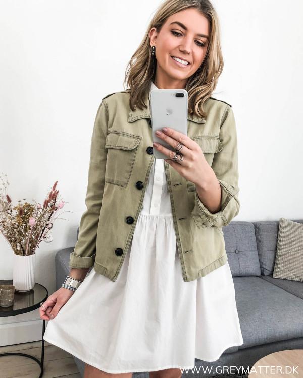 Hvid tunika kjole stylet med armyjakke fra Neo Noir