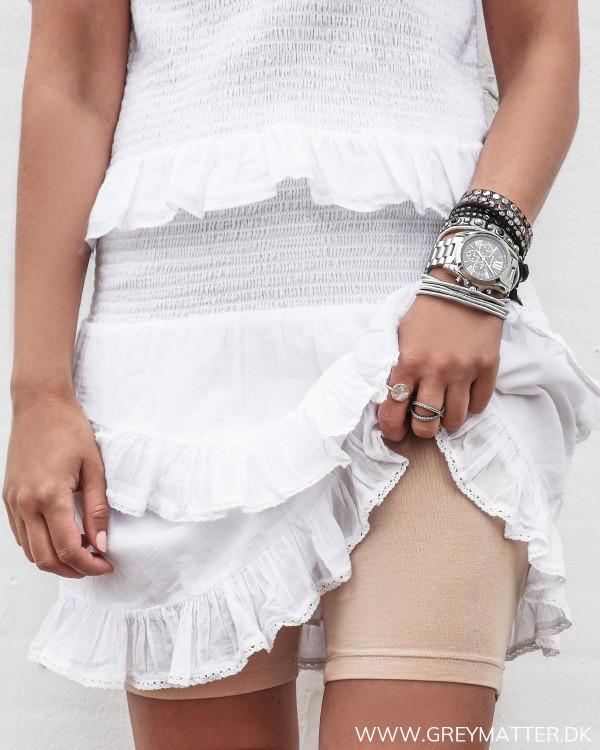 Shorts i sandfarvet til under kjoler og nederdele set forfra