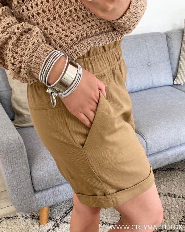 Vila shorts i farven Dusty Camel set fra siden