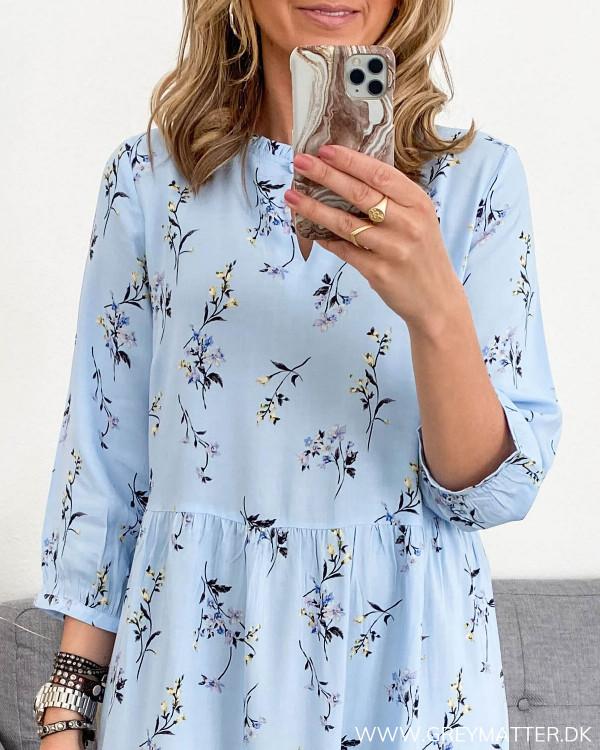 Lyseblå kjole fra YAS med fokus på print