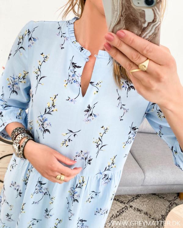 Lyseblå kjole fra YAS med fokus på halsudskæring