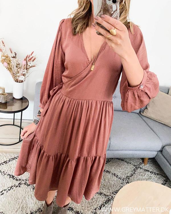 Rosa kjole fra Neo Noir set fra siden