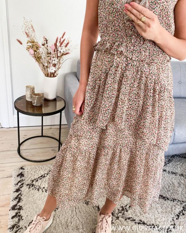 Neo Noir kjole uden ærmer, detaljebillede af flæser