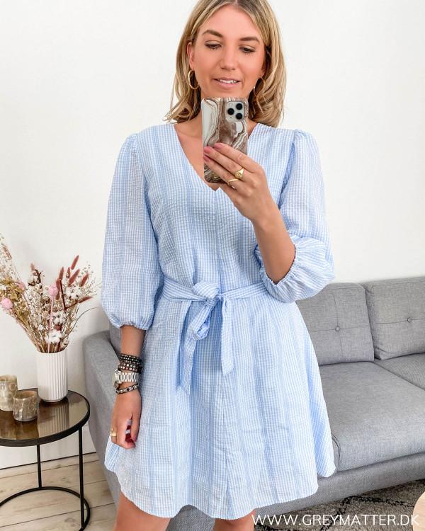Blå kjole fra Neo Noir set forfra 2
