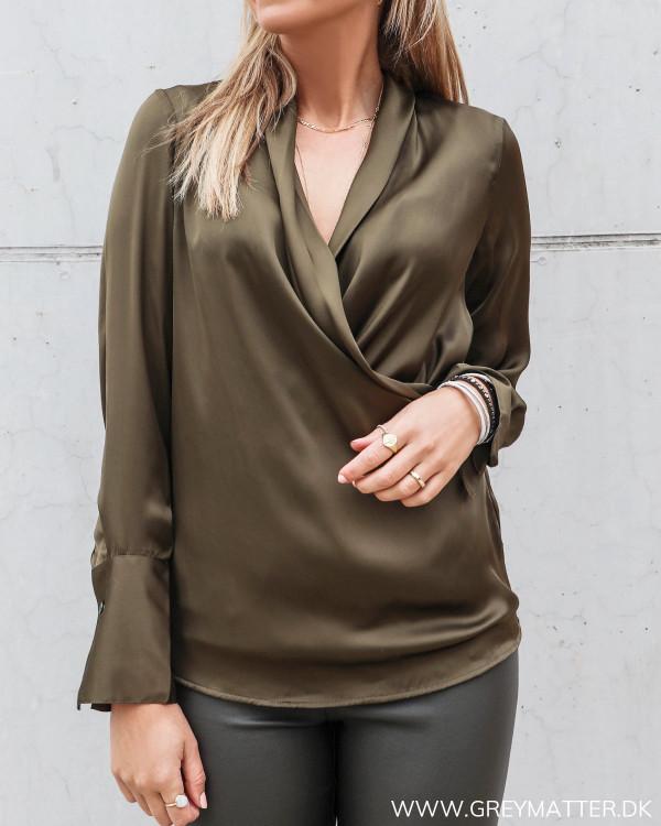 Billie skjorte bluse til damer i grøn fra Karmamia