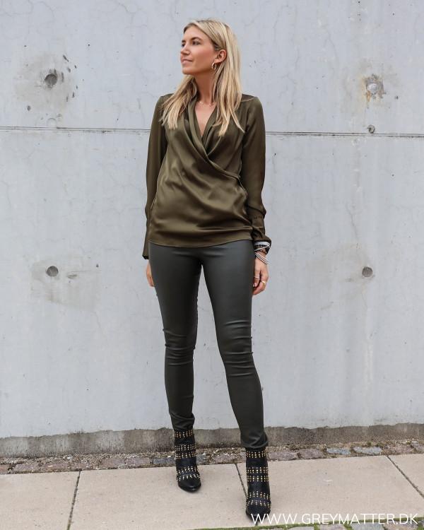 Billie skjorte fra Karmamia stylet med leggings fra Vila