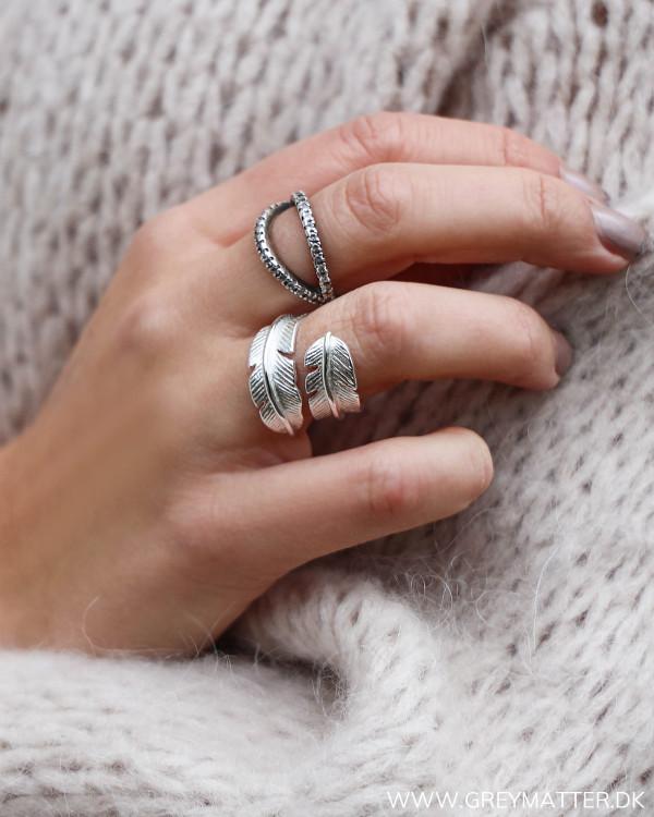 Fjerring i sølv set på finger