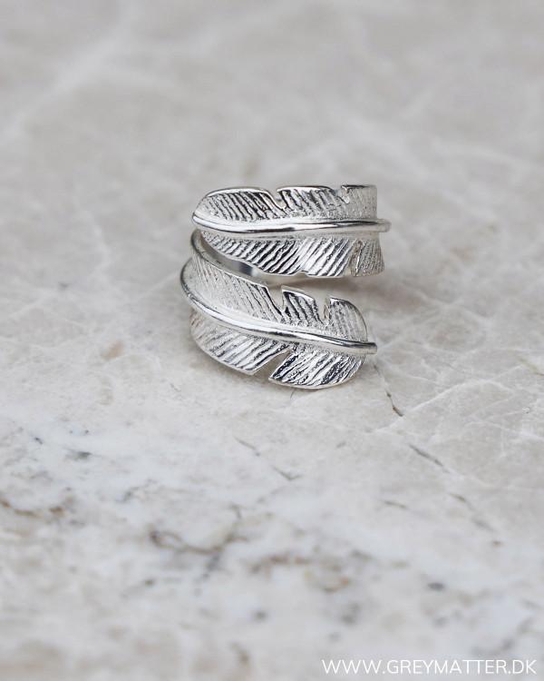 Fjerring i sølv set på marmor plade