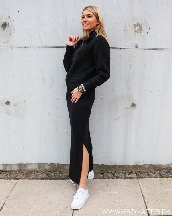 Sort lang nederdel fra Vila stylet med strik trøje fra YAS