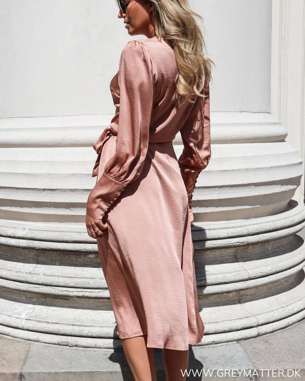 Neo Noir Asmara kjole set bagfra