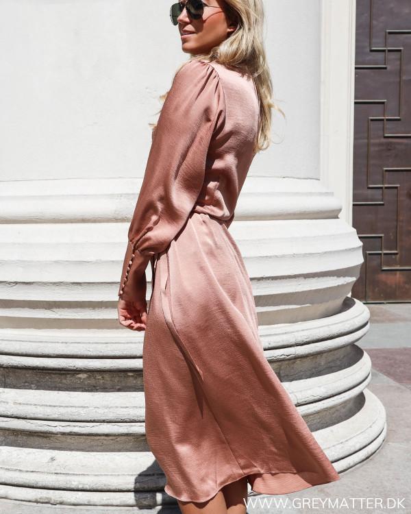 Neo Noir kjole i caramel farve set fra siden