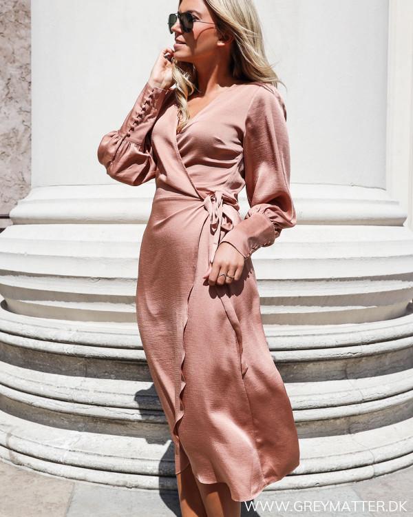 Asmara caramel kjole fra Neo Noir set forfra