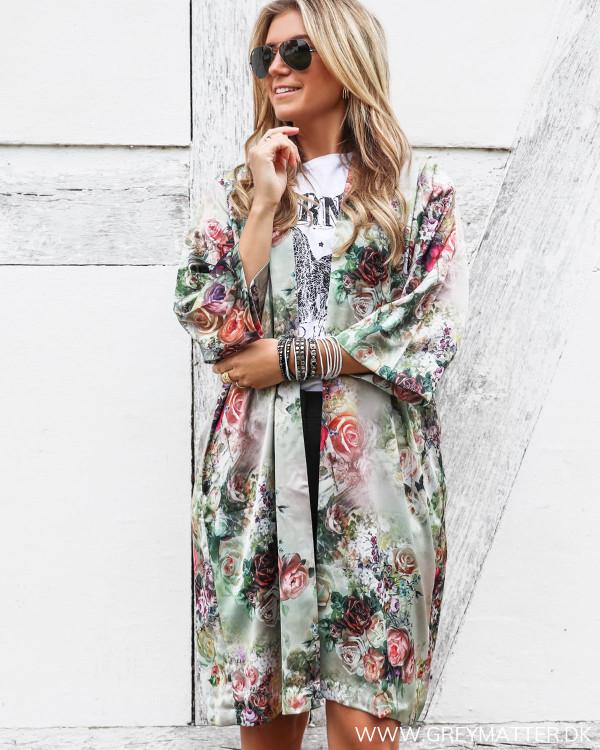 Kimono fra Karmamia stylet med eagle tee og sorte shorts